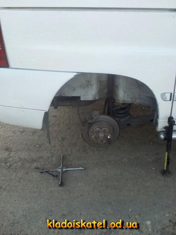 меняем запаску на машине