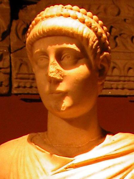 Statue_of_emperor_Valentinian_II